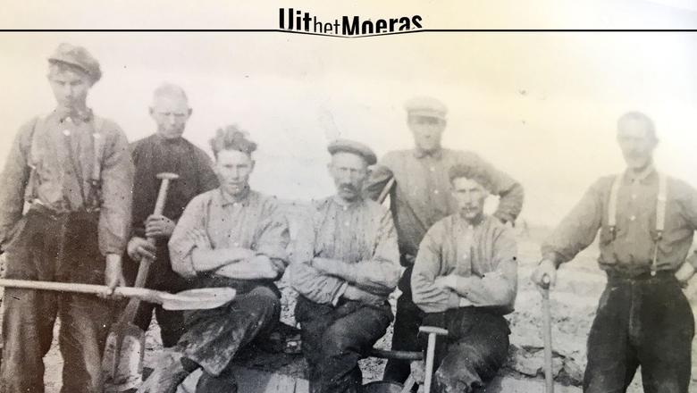 Veenarbeider Mindert Aardema (midden) is een van de personen die worden beschreven op uithetmoeras.nl
