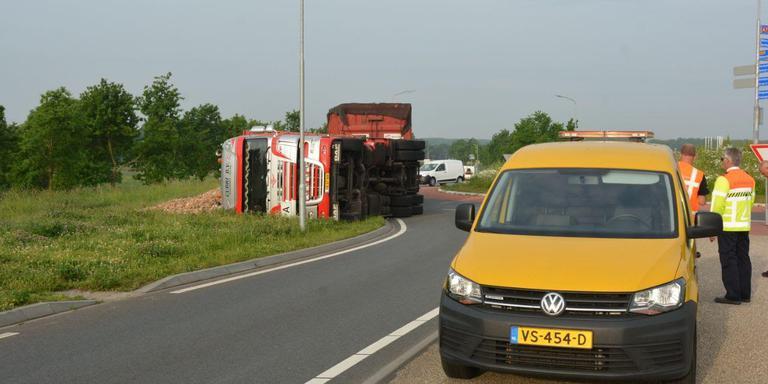 A7 bij Scheemda afgezet door gekantelde vrachtwagen.
