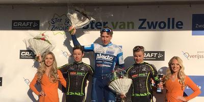 Coen Vermeltfoort in het blauw op het hoogste podium van het ereschavot van de Ster van Zwolle. Foto: DvhN