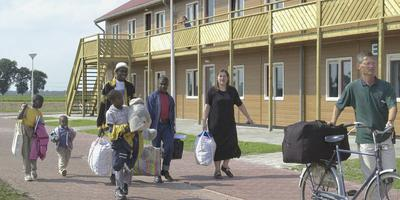 Vluchtelingen komen aan op het azc in Wilhelmsoord. Foto Jan Anninga