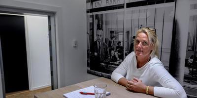 Martine Beks ging hier op de foto voor de DvhN-serie Ik Wacht in de voormalige kluis van de Regiobank, het enige deel van het pand dat geen versteviging behoeft. Foto: Archief Jan Zeeman.