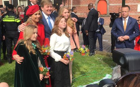Koning Willem-Alexander, koningin Maxima en de prinsessen plus commissaris van de koning Rene Paas.