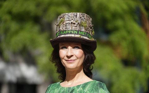Esther Ouwehand (PvdD) met een boomhoed tijdens Prinsjesdag.