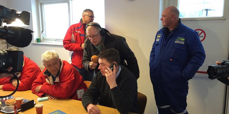 Jan-Geert Veldman aan de lijn met Willem Hut van de KNSB. Naast hem ijsmeester Gezienus van Iren.