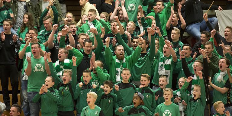 Halve finales Protos-Weering zaalvoetbaltoernooi in sporthal Angelslo. Fans van vv de Weide juichen tijdens de wedstrijd tegen EMMS. De weide won met 4-0.