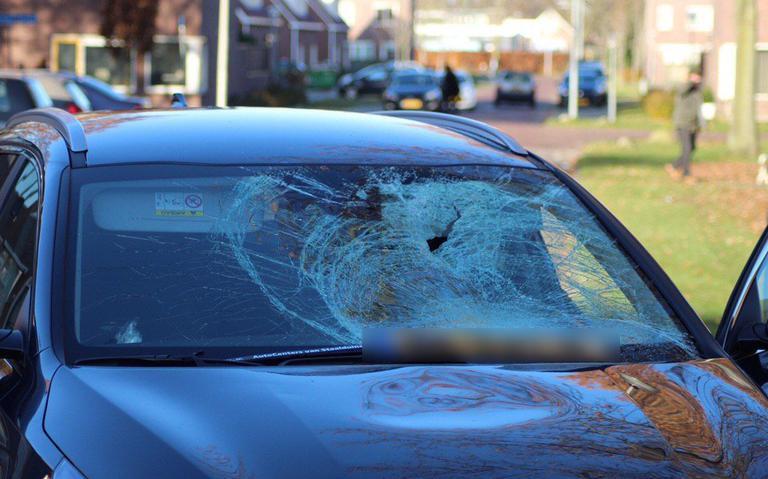 Fietser raakt gewond na botsing met auto op kruising in Klazienaveen.