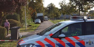 De Drogterweg in Zuidwolde is afgezet in verband met politieonderzoek. Bij een woning is drugsafval gevonden. Foto: De Vries Media