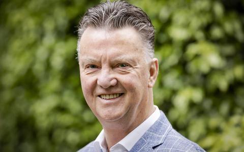 KNVB bereikt akkoord met Louis van Gaal. Bondscoach tekent voor 18 maanden bij Oranje. Henk Fraser, Danny Blind en Frans Hoek assistenten