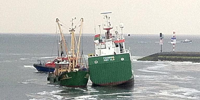 De Fraxaborg is met motorpech vastgelopen voor de haven van Lauwersoog. Foto: Jan Zeeman