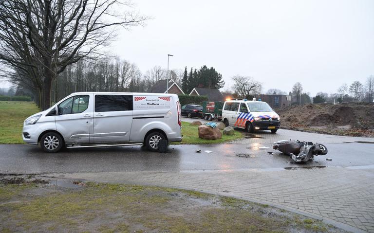 Scooterrijder gewond bij botsing op Langiusdijk in Emmen.