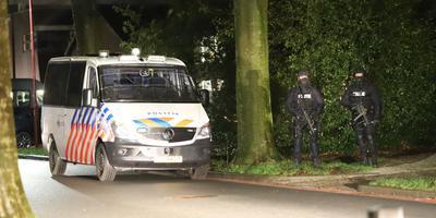 Een gebouw aan de Dertien Aprilstraat in Oosterwolde wordt sinds donderdagavond zwaar beveiligd na de politie-inval.