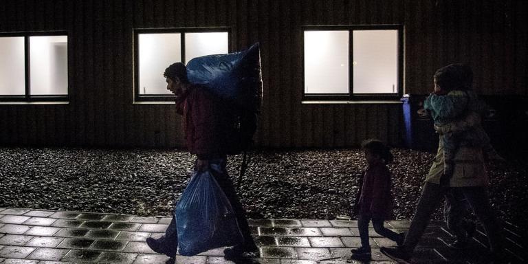 Foto: Syrische vluchtelingen arriveren eind 2015 in Groningen. Foto Archief DvhN/Siese Veenstra