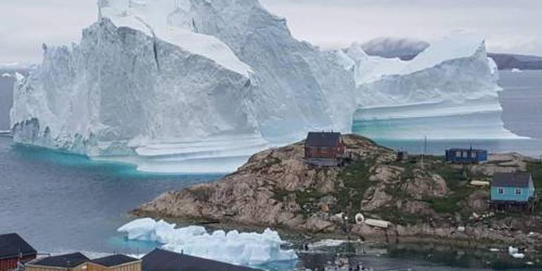 Enorme ijsberg bereikt dorpje Groenland