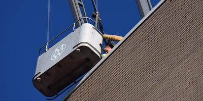De man kon via het dak worden gered. Foto: De Vries Media