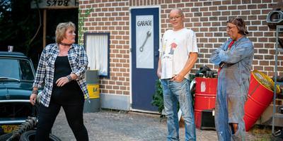Consternatie in de automobielbranche. Links Paulien Smid als Jo, in het midden de ondernemende handelaar Tinus Baks (Jack Meekhof) en rechts zijn broer, autosloper Jans Baks (Hans Hakkert). Foto: Jaspar Moulijn