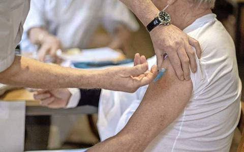 Huisartsen bezorgd over AstraZeneca-twijfelaars: 'Vaccins die over zijn geef ik nu maar aan mijn kennissen'