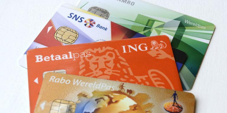 Plastic bankpassen kunnen gemakkelijk worden vervangen door digitale. FOTO ANP / LEX VAN LIESHOUT