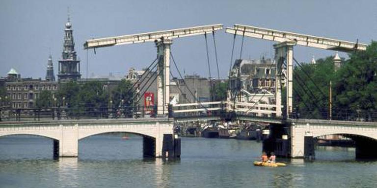 Scheepvaart door Amsterdam verder gestremd