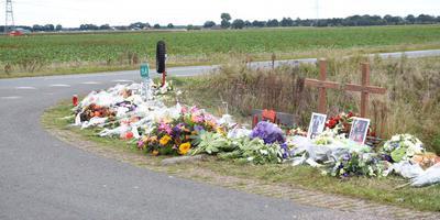 Op de plek langs de Drentse Mondenweg waar deze week twee jongens om het leven kwamen zijn bloemen gelegd en foto's neergezet.