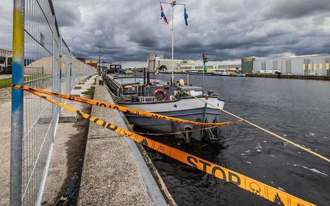Het vrachtschip Sempre Spera achter hekwerk in de haven van Veghel.