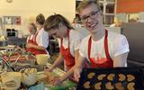 Jasper Schepers (14) bakt zoutarme koekjes om zo geld op te halen voor de Nierstichting. FOTO BOUDEWIJN BENTING