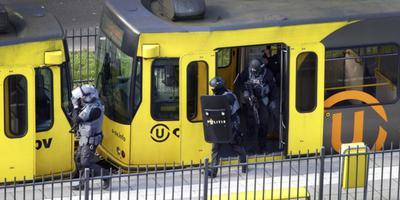 Het arrestatieteam doorzoekt de tram waarin Gökmen T. schoot. Foto: ANP