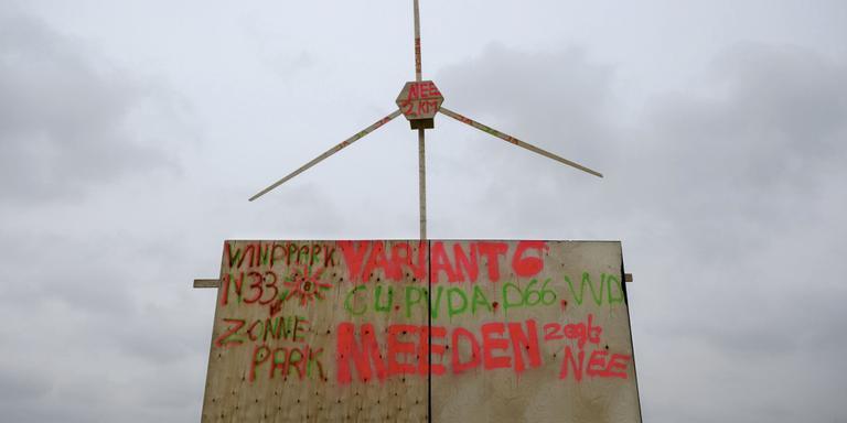 Bij Meeden aan de N33 stond een houten windmolen, bedoeld als protest De houten constructie zou even later tegen de grond te pletter vallen. FOTO ARCHIEF JAN ZEEMAN