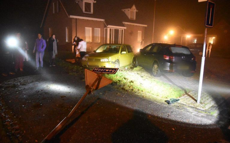 Autos belanden bij botsing in voortuin van woning bij Klazienaveen.