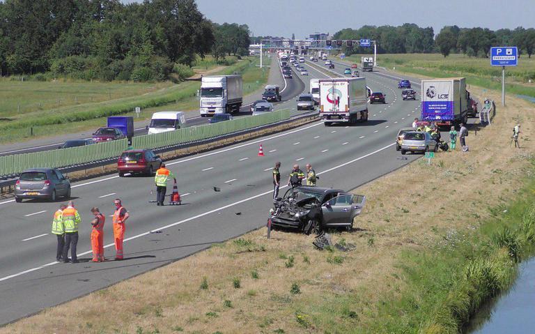 A65 richting Den Bosch nog tot middernacht afgesloten na ongeluk met vrachtwagen, ravage enorm.