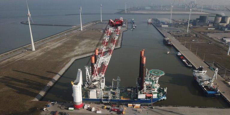 Het installatieschip Vole au Vent in de Eemshaven met op de voorgrond de speciale heihamer. Foto: Groningen Seaports