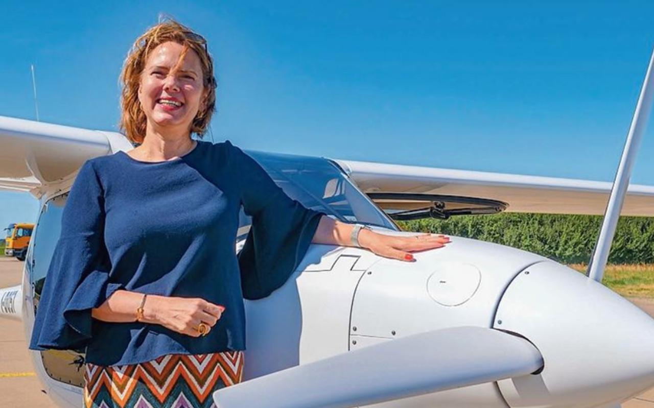 Minister Van Nieuwenhuizen bij een elektrisch aangedreven vliegtuigtoestel.