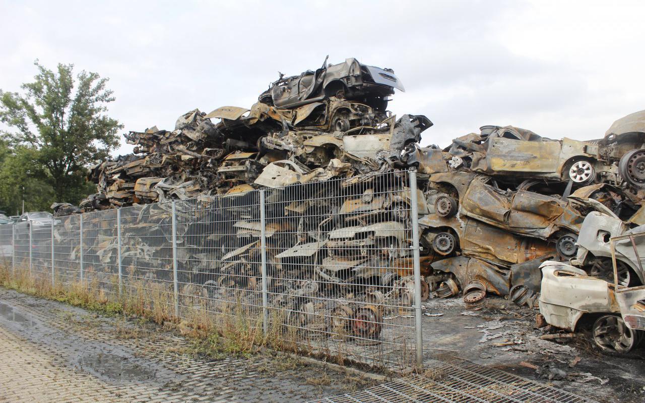 De schade is groot. Meer dan 200 auto's gingen verloren.