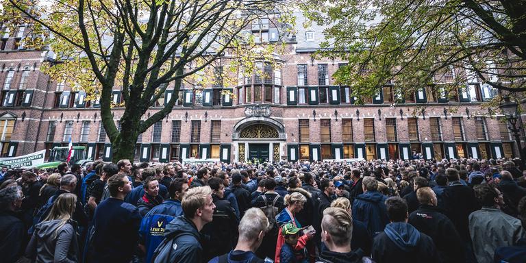 Boeren tijdens de protestactie bij het provinciehuis van Groningen. Belangenbehartiger LTO Noord riep op tot de actie en eist een opschorting van de beleidsregels rond stikstof.