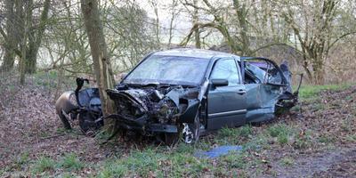 De auto kwam tegen een boom tot stilstand. Foto: Van Oost Media
