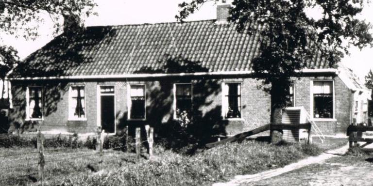 De diakenhuisjes van Roderwolde toen er nog drie gezinnen woonden.Foto: Uitgeverij De Kleibosch