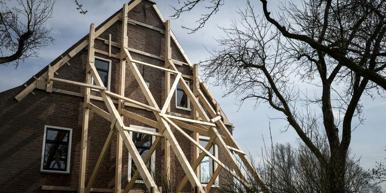 Een boerderij in in het Groningse dorp Startenhuizen is zwaar beschadigd door de aardbevingen. Foto Archief Kees van de Veen