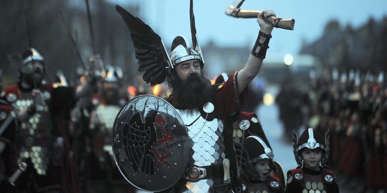 Vikingen in de straten van Lerwick. FOTO AFP/ANDY BUCHANAN