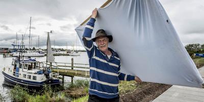 Geurt Busser bij zijn boot. FOTO GEERT JOB SEVINK