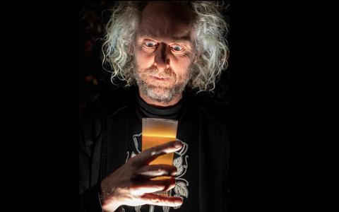 Bierbrouwer Duco Dokter ontdekt in een 150 jaar oud boek bij toeval de receptuur van mysterieuze brouwer (en brengt dit oud-vaderlandse bier tot leven)