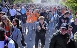 Virologen ontzet over Koningsdag-drukte: 'Een dikke middelvinger'. Bert Niesters van UMC Groningen: 'Iedereen weet dat het niet verstandig is'