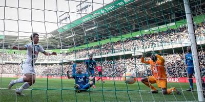 Ritsu Doan (lnks) ziet dat Feyenoorder Sven van Beek (zittend) de bal in eigen net werkt. Keeper Kenneth Vermeer kijkt verslagen toe. Foto: VI Image