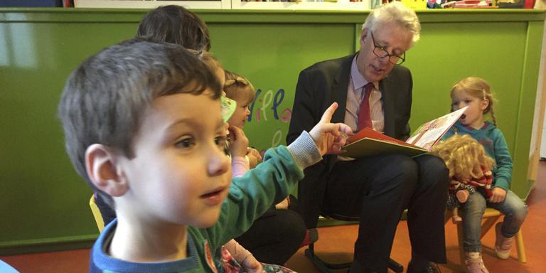 Burgemeester/opa leest voor. Foto DvhN