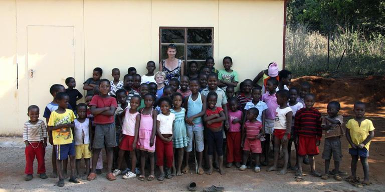Roos Galjaard tussen een deel van de weeskinderen in Swaziland.