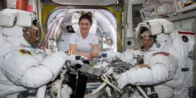 Kleding dwarsboomt vrouwelijke ruimtewandeling