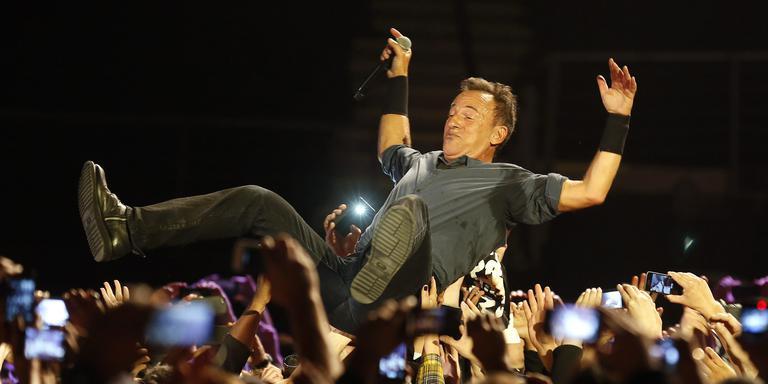 Bruce Springsteen crowdsurft tijdens een concert in Chili. Foto: EPA/Felipe Trueba