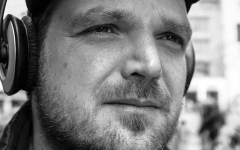 Dit is Willem Groeneveld van Sikkom. Hij wordt knettergek van corona-ontkenners, trollen en nepnieuws op Facebook, maar gaat dag en nacht met ze in discussie