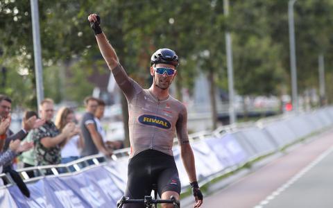 Elmar Reinders komt solo over de finish in de PWZ Zuidenveldtour 2021.