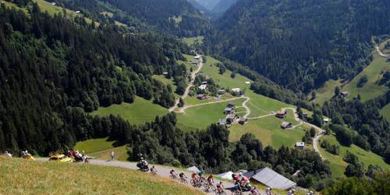 Peloton begonnen aan rit naar Alpe d'Huez
