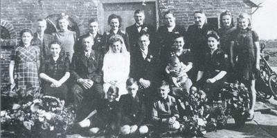De onderduikers van het Achterhuis op de bruiloft van Lammy Drenth en Bennie Kosses. Lammy was de dochter des huizes, Bennie was een onderduiker. Foto: Archief DvhN
