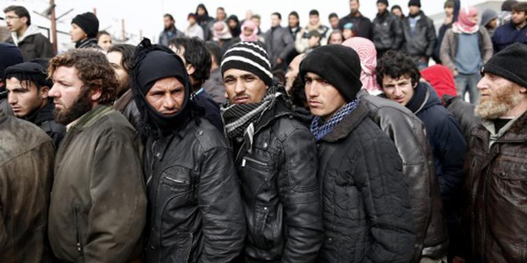 Tienduizenden vluchtelingen bij Turkse grens